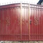 Золотистые узоры на красном заборе