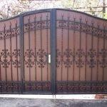 Дача с кирпичным забором