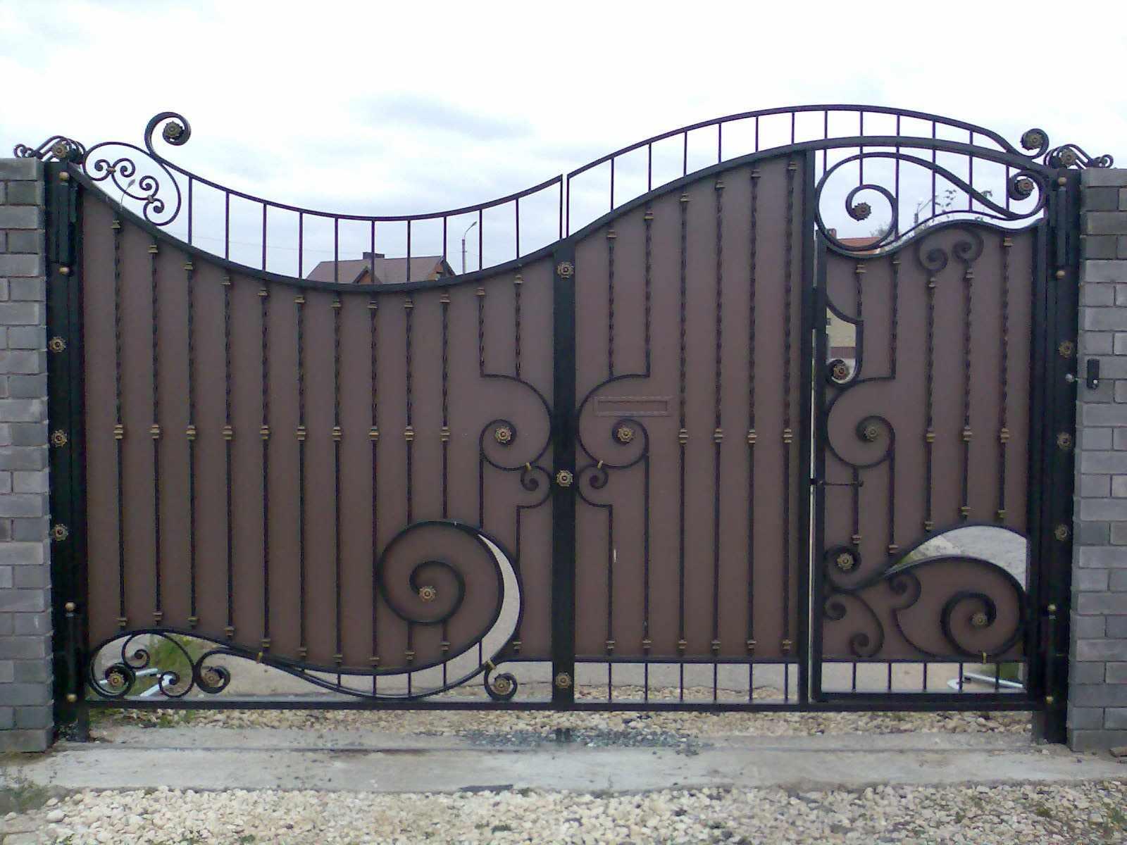 Кованные узоры на воротах