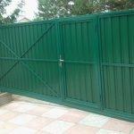 Зеленый забор на участке