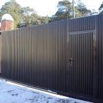 Забор из кирпича на даче