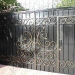 Черный забор с золотистыми узорами