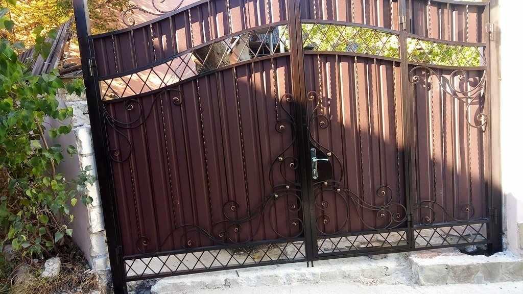 Ворота с калиткой из металла