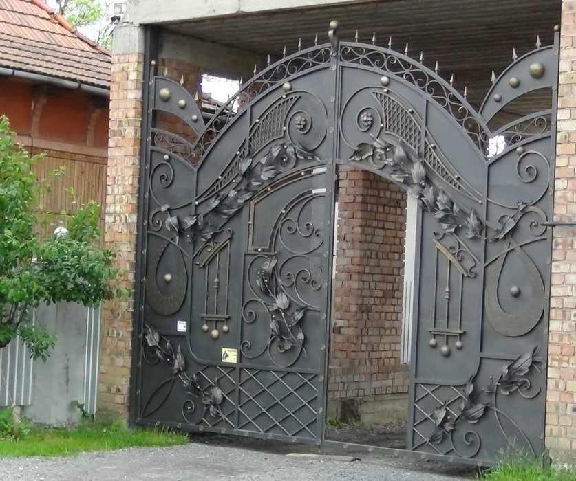 Металлические ворота с калиткой с художественной ковкой