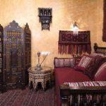 Светильник на стене над диваном