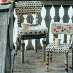 Чашки на стульях