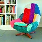 Яркий чехол на кресле