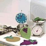 Вязаные часы на кухне