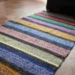 Цветной коврик на полу
