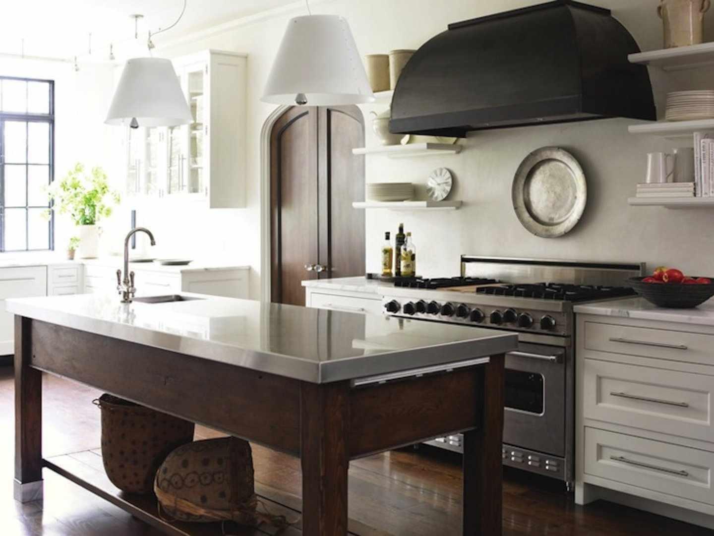 Стильная черная вытяжка на кухне