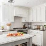 Белая вытяжка на кухне