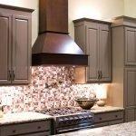 Вытяжка на кухне с деревянной мебелью