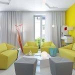 Желтая стена в светлой гостиной