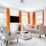 Оранжевые шторы в светлой гостиной