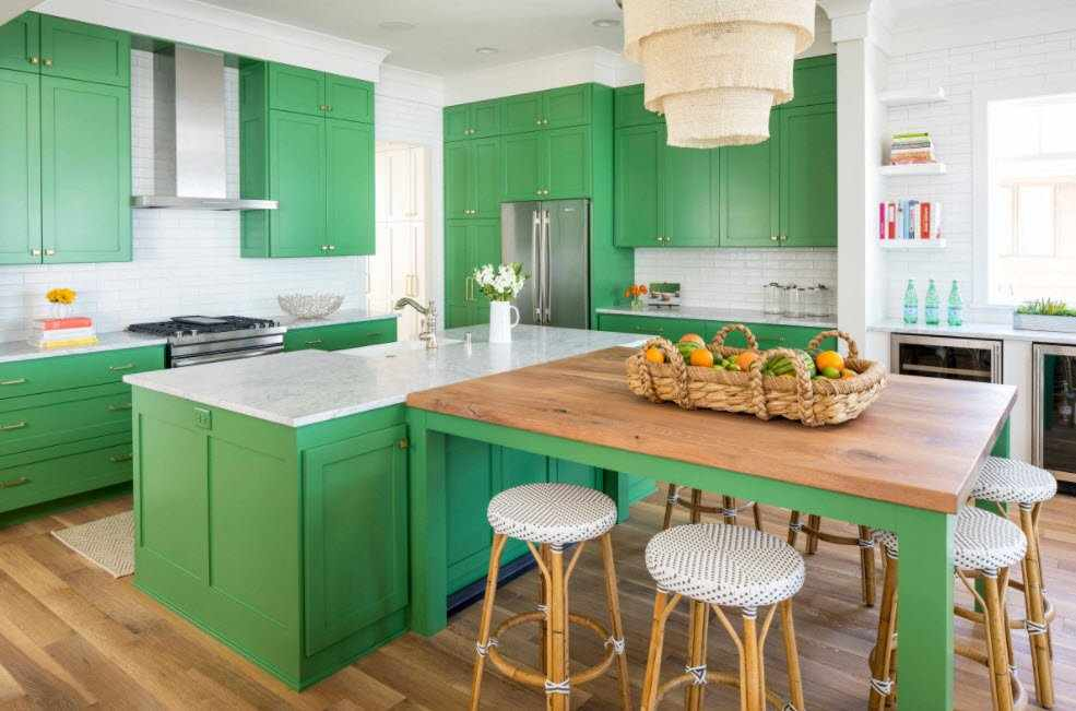 Сочетание зеленого и белого цветов на кухне