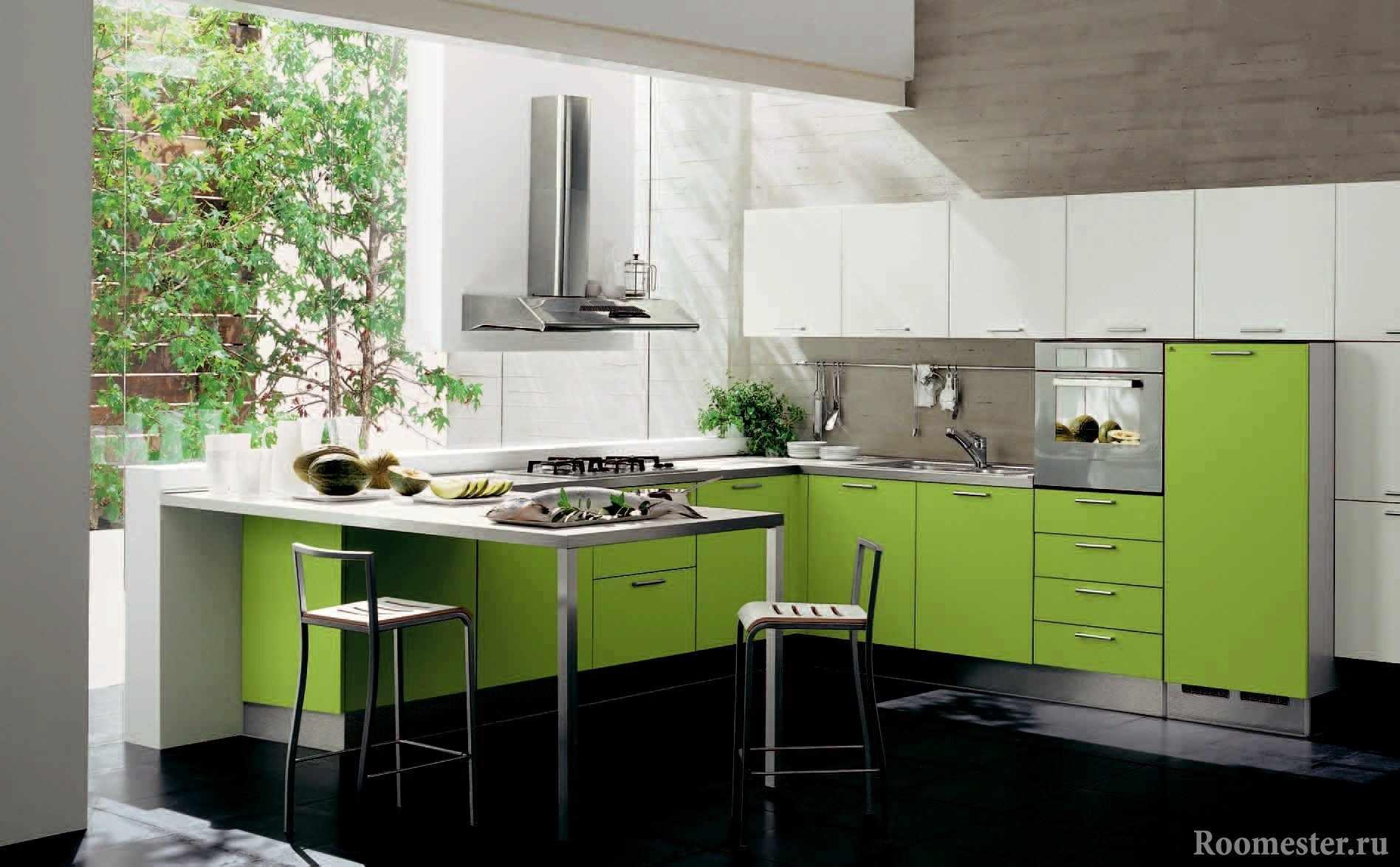 Кухня с панорамной стеной из стекла