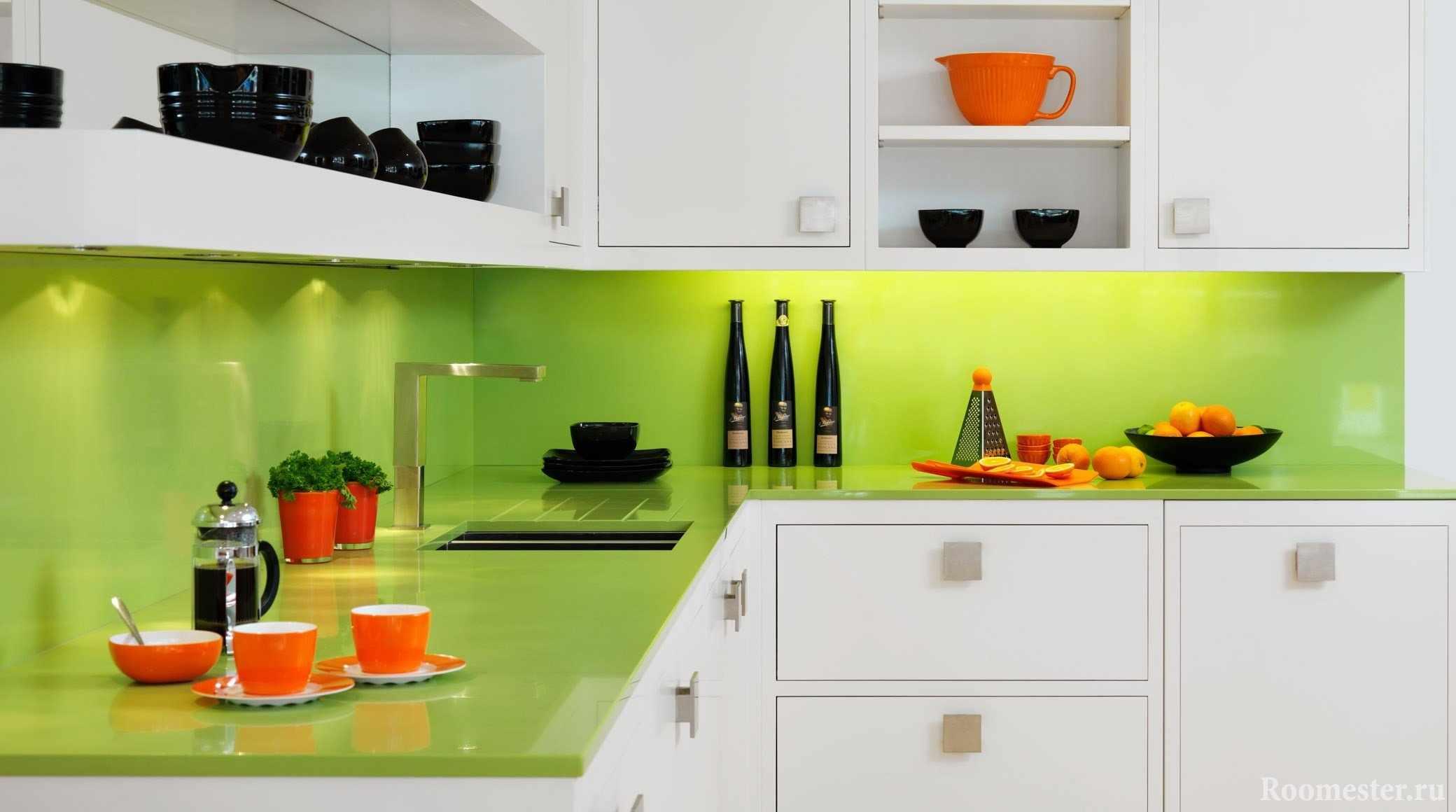 Оранжевая и черная посуда в бело-зеленой кухне