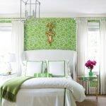 Спальня для молодоженов в зеленых и белых тонах