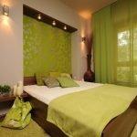Коричневый, бежевый и зеленый в интерьере спальни