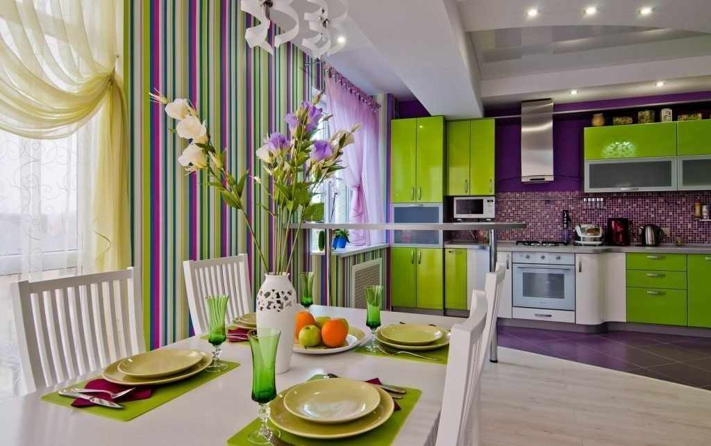 Дизайн зелено-фиолетовой кухни