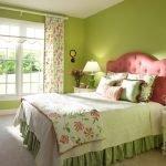 Кровать с разовым изголовьем в зеленом интерьере