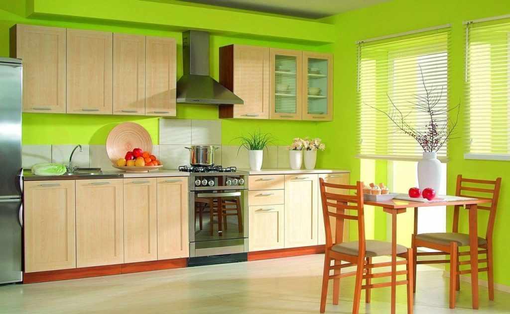 Кухня с зелеными обоями