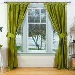 Зеленые шторы на окне в комнате