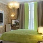 Зеленое постельное белье на кровати в спальне