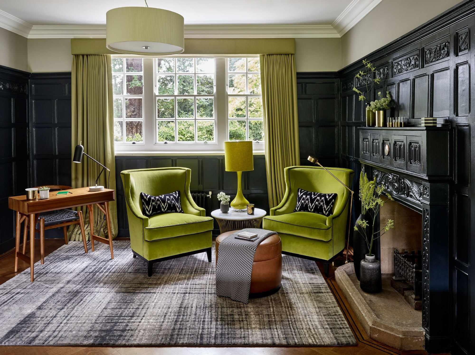 Зеленая мягкая мебель в гостиной