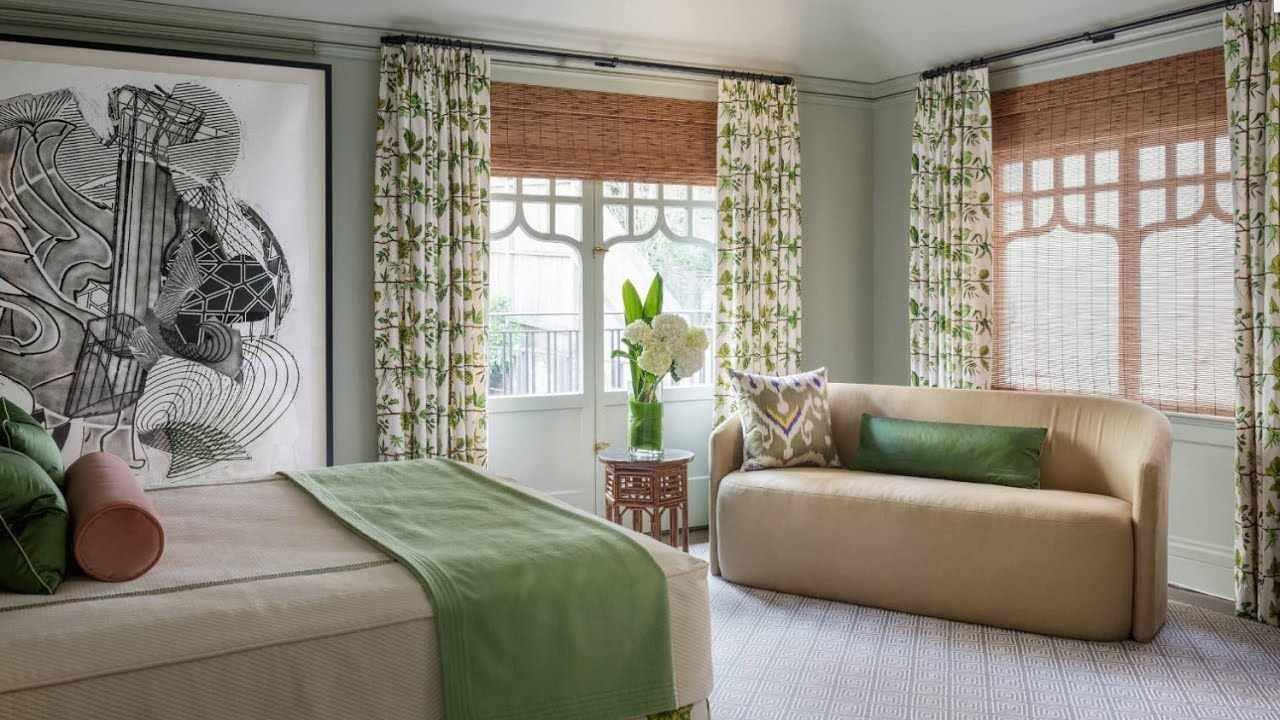 Бело-зеленые шторы в интерьере комнаты