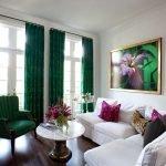 Темно-зеленые шторы в гостиной