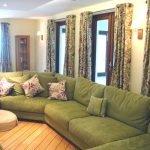 Большой зеленый диван в гостиной