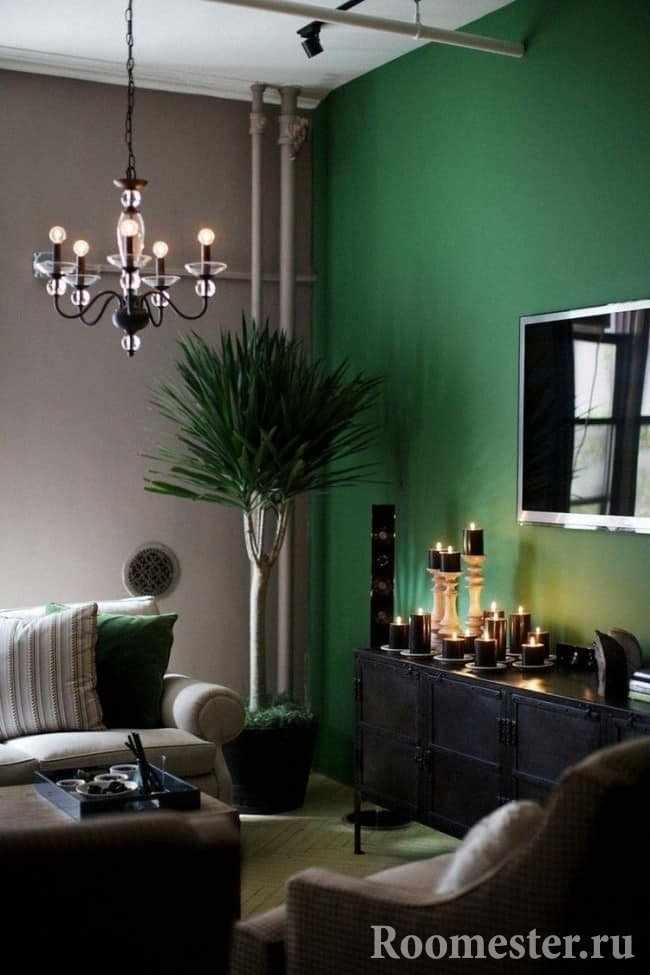Насыщенный темно-зеленый цвет стены
