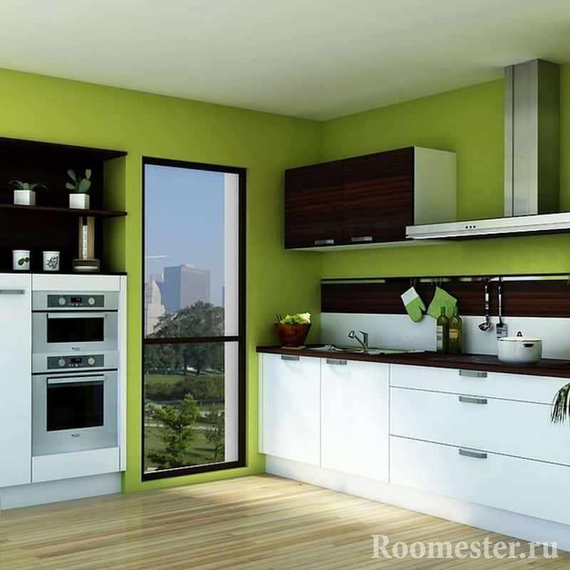 Ярко-зеленый цвет стен и белая кухня