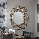 Зеркало на стене у стола