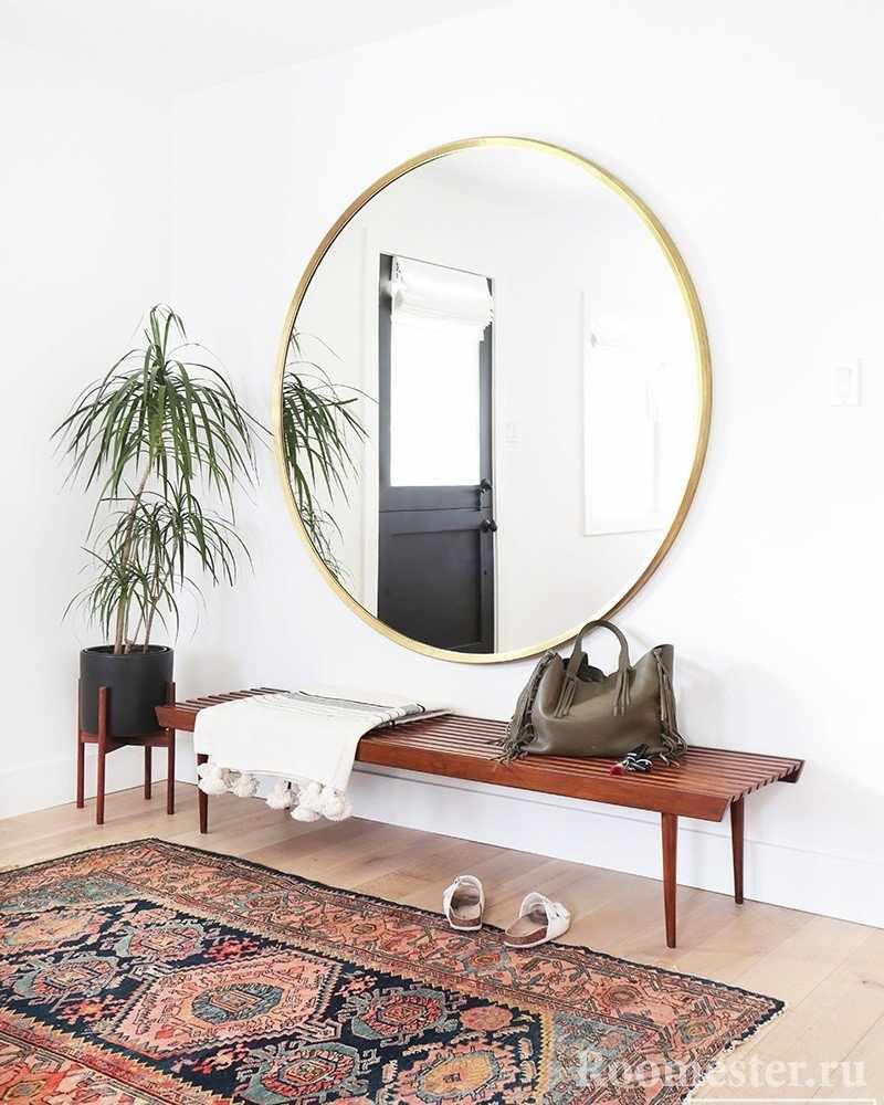 Зеркало в белом интерьере