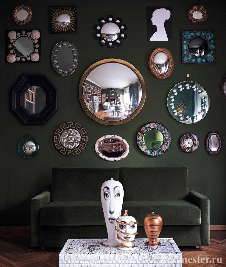 Зеркала разной формы над диваном