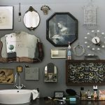 Картины и зеркала на стене