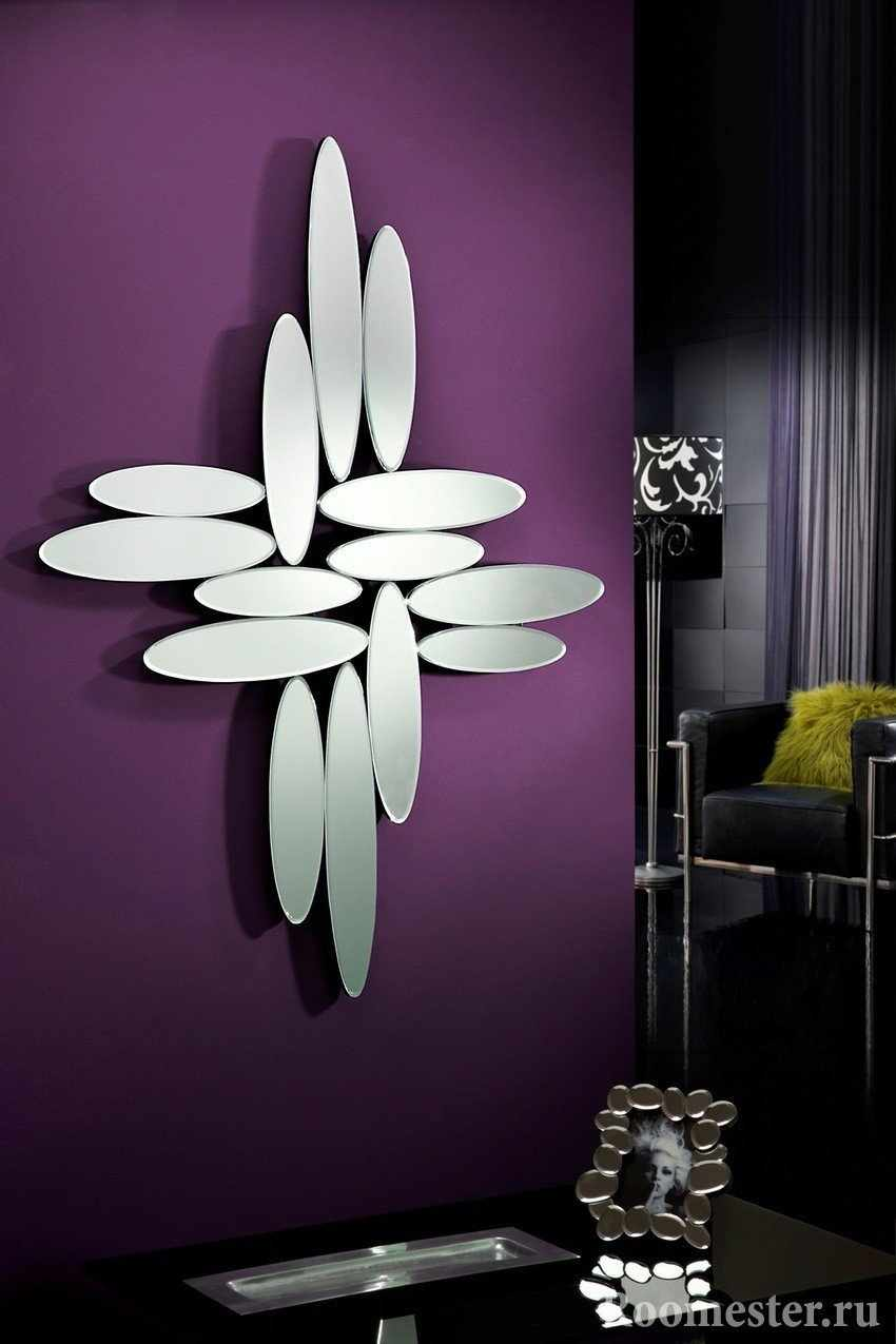 Зеркала на фиолетовой стене