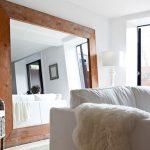 Зеркало на полу за диваном