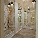 Светильники на стенах в коридоре