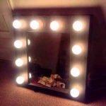 Лампочки вокруг зеркала