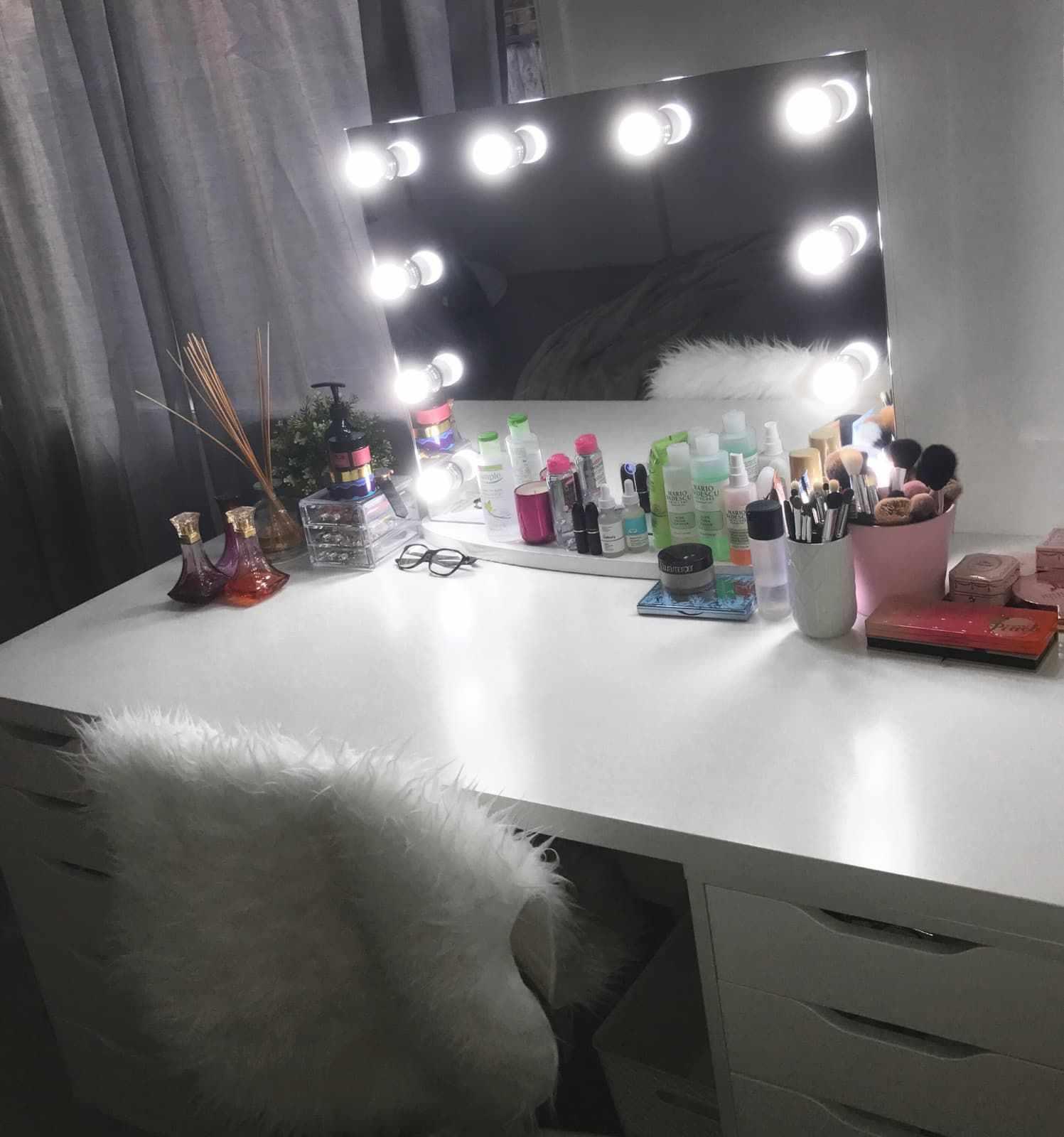 Небольшое зеркало с лампами