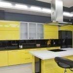 Сочетание серых стен и желтой мебели