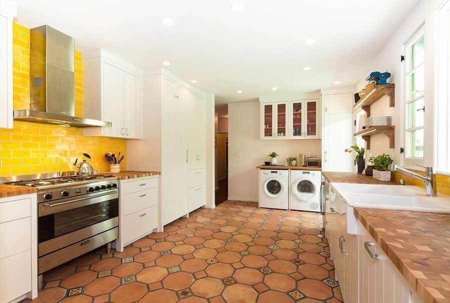 Желтый фартук на кухне