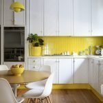 Сочетание белой мебели и желтого фартука