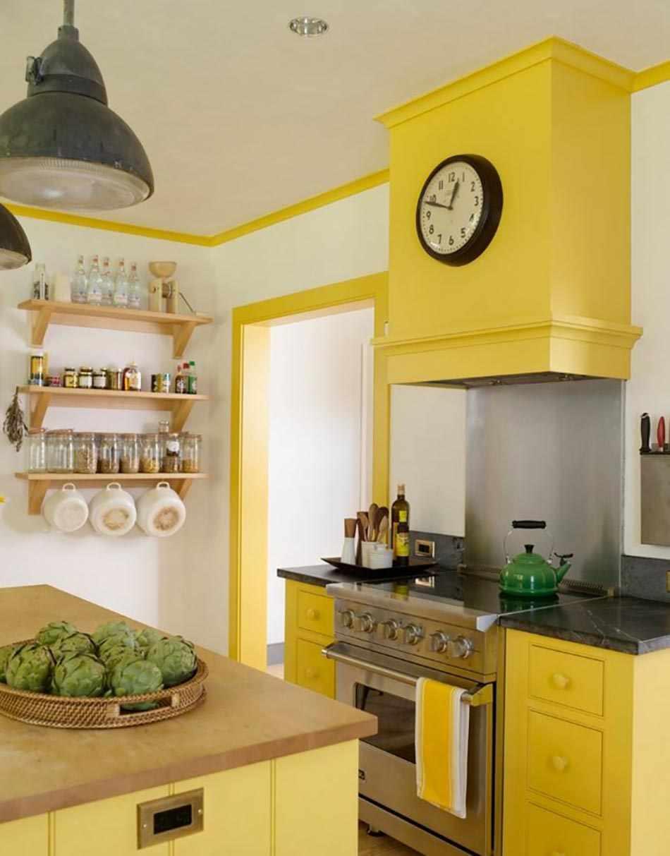 Сочетание белого, серого и желтого цветов на кухне
