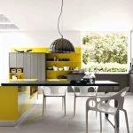 Интерьер с кухонной и столовой зонами