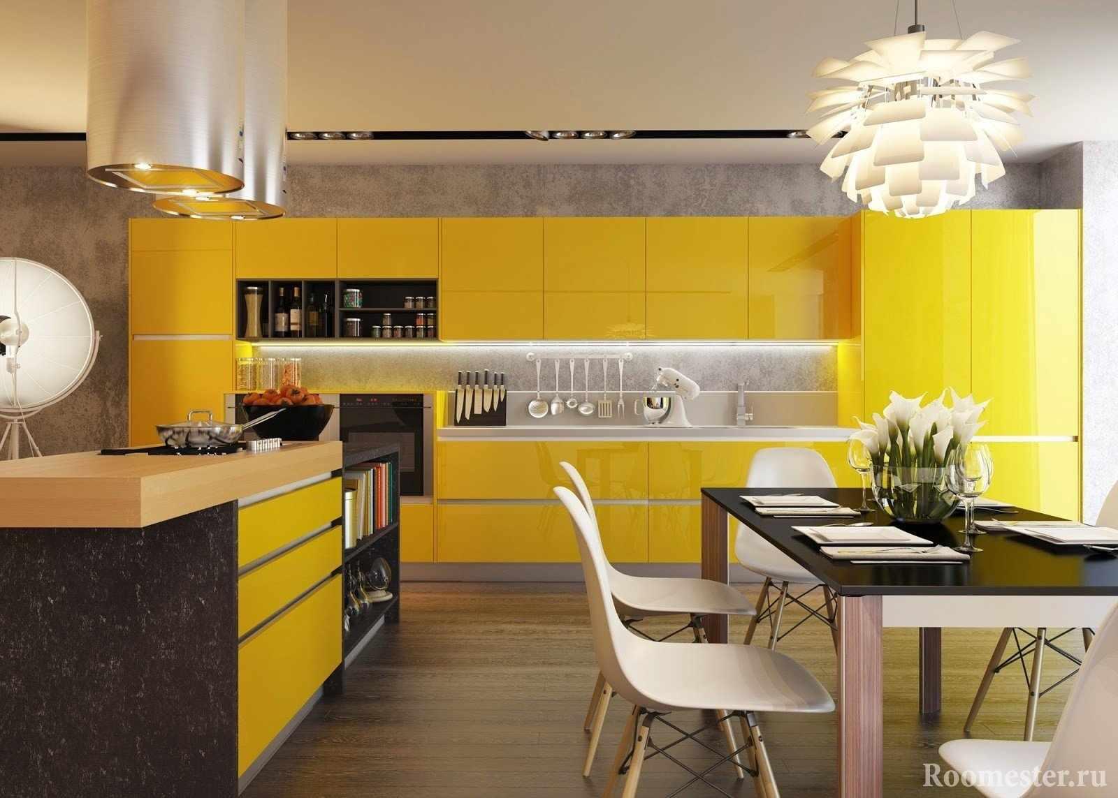 Кухня с желтыми фасадами и черным столом