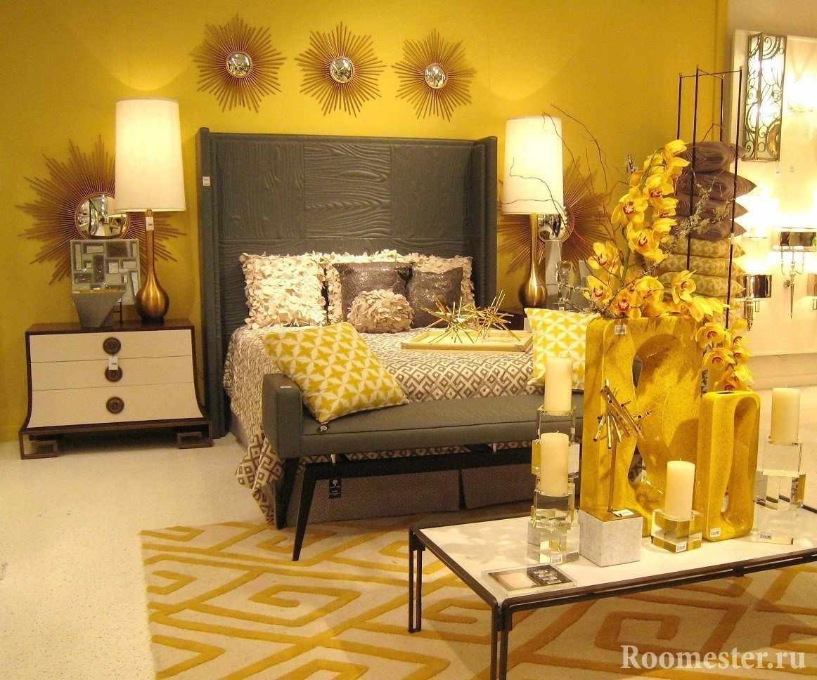 Серое изголовье кровати и желтая комната